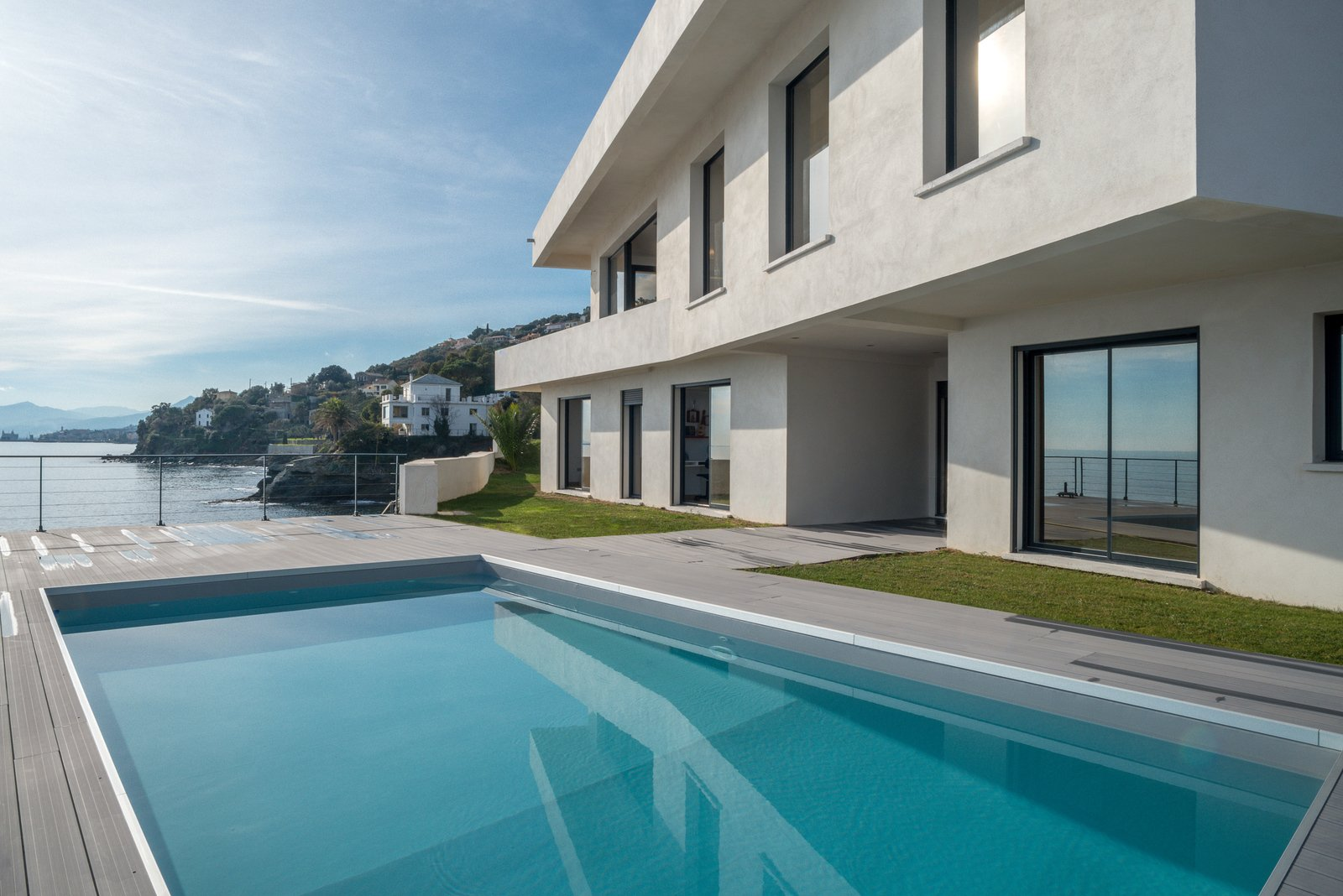 Villa waterfront for sale on the road to cap corse for Villa architecture moderne